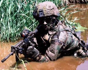 militar camuflado mata
