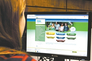23.02.2015,Estudante fazendo consultas no Site do Sis FIES  - cidade - 27ci0501  -  TUNO VIEIRA